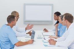 Équipe de médecins ayant une réunion images stock