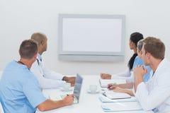 Équipe de médecins ayant une réunion images libres de droits