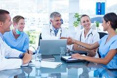 Équipe de médecins ayant une réunion photos libres de droits