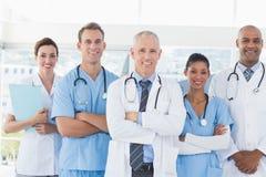 Équipe de médecins de sourire regardant l'appareil-photo images libres de droits
