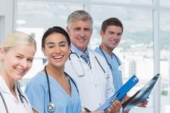 Équipe de médecins de sourire regardant l'appareil-photo Photo stock