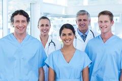 Équipe de médecins de sourire regardant l'appareil-photo photographie stock