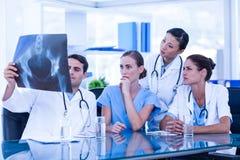 Équipe de médecins regardant le rayon X Image libre de droits
