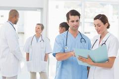 Équipe de médecins travaillant à leurs dossiers images stock