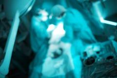 Équipe de médecins travaillants, fond unfocused image stock