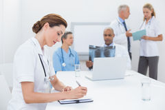 Équipe de médecins Working Together Photo stock