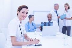 Équipe de médecins Working Together Images libres de droits