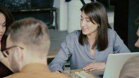 Équipe de métis fonctionnant dans le bureau moderne Jeune équipe créative d'affaires discutant le projet, femelle utilisant l'ord banque de vidéos