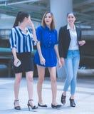 Équipe de marche de femme d'affaires de confiance extérieure photo libre de droits