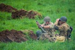Équipe de mortier de l'armée américaine tirant un obus Image libre de droits