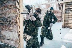 Équipe de Paintball, joueurs dans la bataille d'hiver photos libres de droits