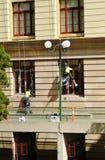 Équipe de peintres industriels dans la vitesse de sécurité peignant le vieil immeuble de bureaux photo libre de droits