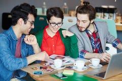 Équipe de personnes créatives occasionnelles lors de la réunion de travail image stock