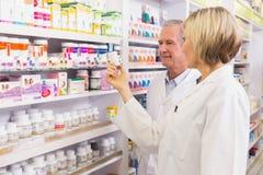 Équipe de pharmaciens parlant de la médecine Images libres de droits