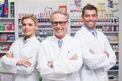 Équipe de pharmaciens souriant à l'appareil-photo photo stock