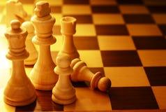 Équipe de pièces d'échecs sur un échiquier Photographie stock libre de droits