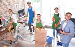 Équipe de portiers dans le bureau uniforme de nettoyage photos stock