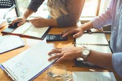 Équipe de réunion mensuelle d'associés à prévoir pour le prêt à image stock