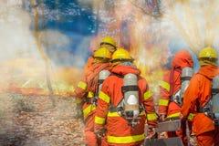 Équipe de sapeurs-pompiers avec l'équipement photo stock