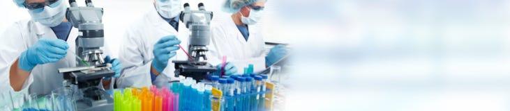 Équipe de scientifiques de recherche en matière de biotechnologie photo stock