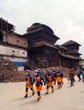 Équipe de secours dans la place de Basantapur Durbar après tremblement de terre Photographie stock