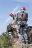 Équipe de secours de formation Délivrance dans le terrain rocheux Photographie stock libre de droits