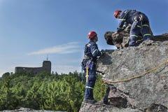 Équipe de secours de formation Délivrance dans le terrain rocheux Images stock