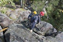 Équipe de secours de formation Délivrance dans le terrain rocheux Photographie stock
