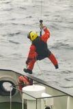 Équipe de secours de garde-côte dans l'action l'ecosse LE R-U photographie stock