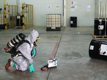 Équipe de secours portant le costume chimique de protection pour le travail dans le dang images libres de droits