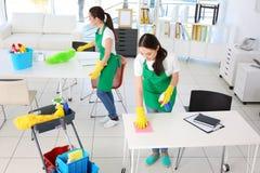 Équipe de service de nettoyage au travail images stock