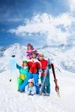 Équipe de sourire avec des surfs des neiges et des skis Photographie stock libre de droits