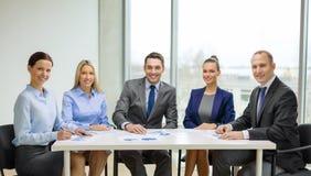 Équipe de sourire d'affaires lors de la réunion photo stock