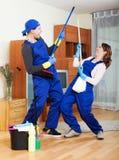 Équipe de sourire de nettoyage au travail Photos libres de droits