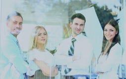 Équipe de sourire heureuse d'affaires regardant par la fenêtre Images stock