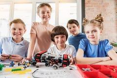 Équipe de sourire heureuse de jeunes techniciens photo libre de droits