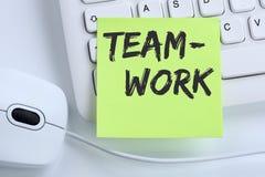 Équipe de travail d'équipe travaillant ensemble la souris de succès de concept d'affaires Images stock