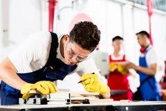 Équipe de travailleurs d'industrie dans l'usine images stock