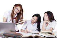 Équipe de trois étudiantes faisant le travail Image stock