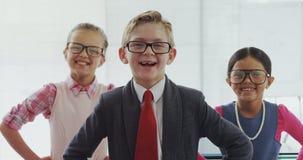 Équipe de trois enfants feignant pour être cadres 4K 4k clips vidéos