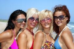 Équipe des amis à la plage Photos libres de droits
