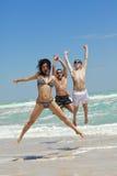Équipe des amis branchant à la plage Images libres de droits