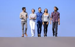 Équipe des amis, promenades sur la route Photos libres de droits