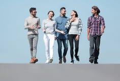 Équipe des amis, promenades sur la route Image stock
