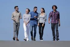 Équipe des amis, promenades sur la route Photographie stock