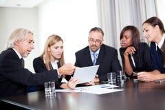 Équipe des hommes d'affaires travaillant discutant ensemble photo libre de droits