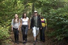 Équipe des jeunes actifs des garçons et des filles a amicalement de marche photo stock