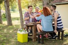 Équipe des jeunes ayant l'amusement et jouant des échecs dans le woodTeam o Image stock