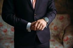 Équipe des mains avec des boutons de manchette et des horloges Clother élégant de monsieur Concept de robe d'affaires Photographie stock libre de droits