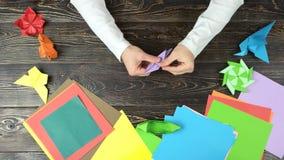 Équipe des mains faisant la fleur d'origami clips vidéos